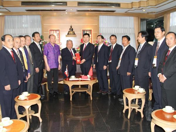 中国普洱市人民政府代表团李小平市长暨成员莅临彭世洛参观访问彭世洛醒民学校