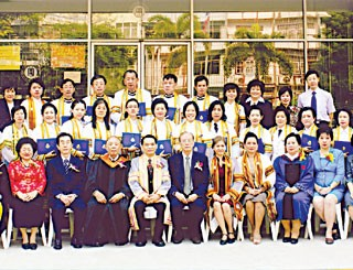 华文师范学院第三届学士班毕业郑膺年副院长主持中文师范学士文凭颁发仪式
