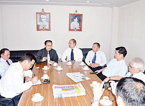 中国新闻社代表团莅临访问亚洲日报双方就新闻交流与合作进行磋商负责人王绍霖钱丰林兴热情欢迎张明新副总编辑一行