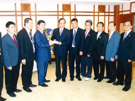 泰中旅游同业公会捐助玉树灾区黄汉忠一行前往中国大使馆呈献五十万铢善款