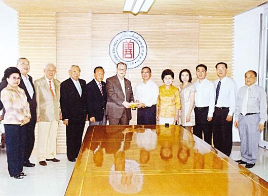 蔡汉隆率眷前往报德堂捐款赞助华侨医院增购呼吸机一部价值五十五万铢