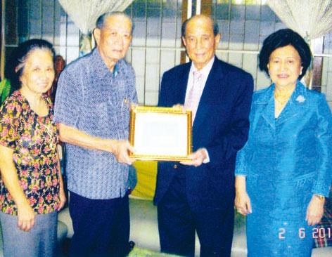 侯何芳赞助客总综合楼经费百万铢邓干勋登门接领赞助款并送呈永远荣誉会长证书
