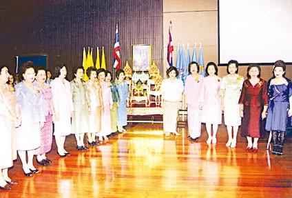 国家杰出母亲联谊会举行会员大会陈淑卿主席向卅三对当选「模范夫妻」颁发荣誉证书