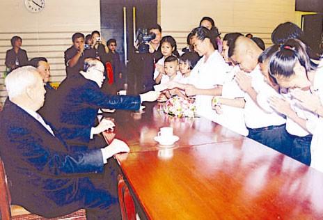 报德善堂向贫困学生颁发助学金胡玉麟董事长亲临主持颁发仪式曼谷及邻府一千三百五十位小学生各获资助一千铢
