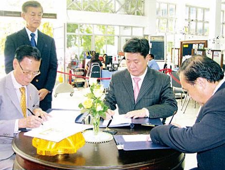 饶平同乡会首长恭祝皇上圣体安康许镇南理事长及李家璧杨木光等前往诗里叻医院签名