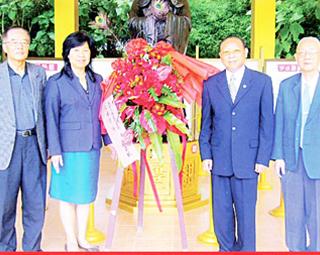 三仙宫举行孔子诞辰纪念盛会廖默林会长及九属荣誉首长联谊会代表向孔子塑像献花