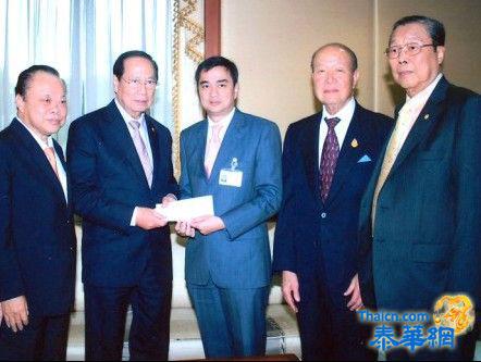 泰国水灾中总主席吴宏丰即同副主席张朝江(泰华网顾问)等献义款