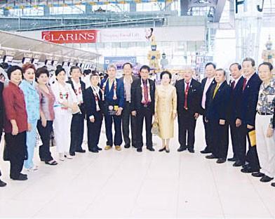华文民校协会应邀组团赴华参访梁冰主席前往机场为洪少珊张步青一行送行