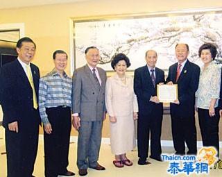 周正华获聘任客家总会副理事长邓干勋登门送呈聘书并接领五十万铢赞助款