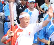 82岁的张朝江是侨领中年龄最大的火炬手