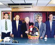 惠来同乡会首长向陈荣贵大律师贺年谢振城理事长一行对其热心支持会务表示感谢