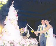 客家总会永远荣誉会长邓富荣令次孙男邓健雄君与察阿侬小姐喜结良缘社里披戍警上将主持婚礼并致贺