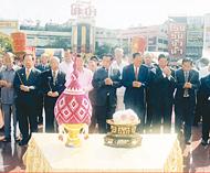 泰国各界纪念郑皇大帝登极郑氏总会首长及宗亲向郑皇大帝御像膜拜致敬