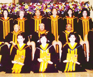 崇圣大学举行学士学位颁发仪式侯克诚博士向一千多位毕业生颁发证书