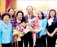 教育界名人丘陶洁当选模范父亲曼谷市府次长蓬塞颁发奖状亲友引以为荣献花致贺者众