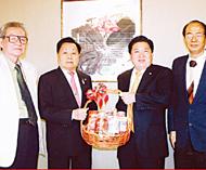 苏锦选主席向王创合姚宗侠贺年聘请二位商界硕彦担任泰国中国商会荣誉主席