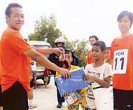福米玩具乐园为「浪童之家」送爱心侨领郑继烈何克家李桂雄分别赞助活动经费