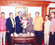 佛统华明公学领导莅访中总献花祝贺吴宏丰博士、刘暹有先生蝉联中总正副主席