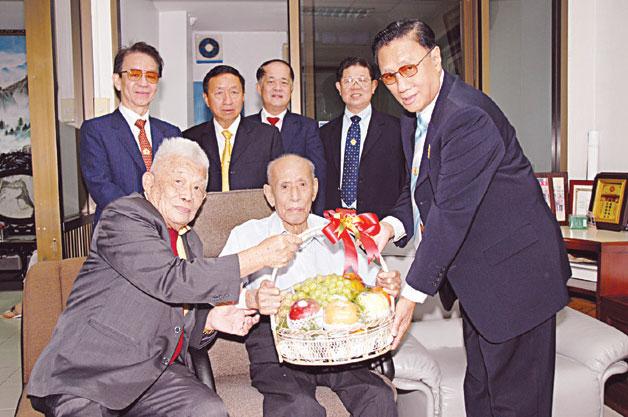 吴汉光理事长一行向吴娘锡拜年 对其热心支持胪溪上厝吴氏家族会表示敬佩