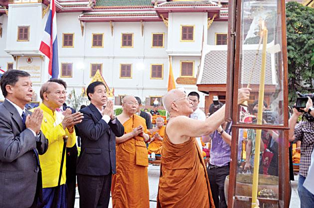 蔡卓明恭向皇上呈献三面观音像观音像现移至龙船寺安奉   春节期间开放让民众膜拜