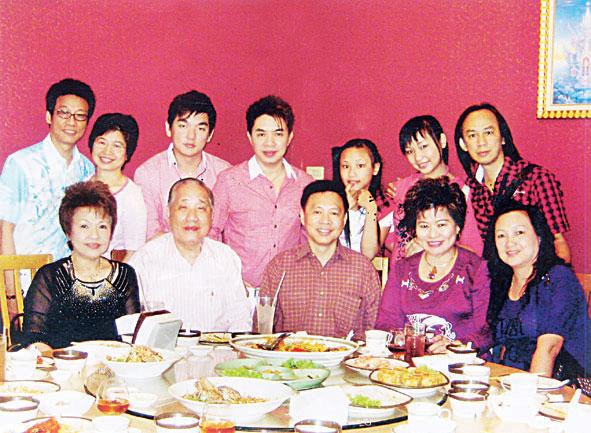 马来西亚歌星联袂向庄荣厚拜年庄荣厚伉俪热情欢迎并设宴招待三位歌星表示将动员大马歌手来泰参加合大杯歌唱赛