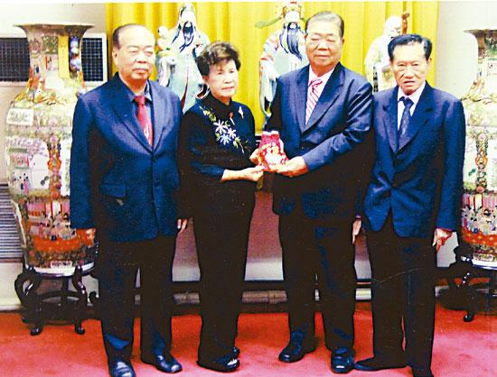 苏杨婵玉事业成功积极回馈社会捐款十万铢支持崇德善堂开展慈善公益工作