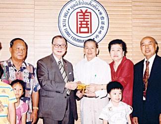 李正龙陈俊臣向华侨医院捐赠呼吸机胡玉麟董事长热情接待并接领五十五万铢善款