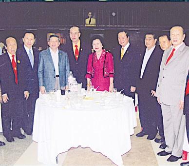 扬美乡刘氏家族会举行新春联欢会侨领刘锦庭刘秉青出席宴会并登台发表讲话