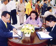 侨领许钊森签名恭祝皇上圣体安康其辖下美丽商行高级职员同往诗里叻医院签名祝福