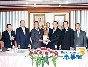 吴宏丰主席主持中总会董会议向高尔夫球股友谊赛优胜者颁发奖杯